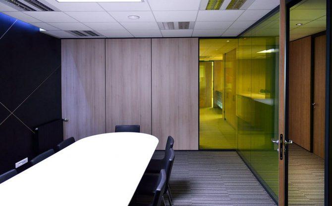 Cloison modulaire module plein bois à joint creux avec module vitre bord a bord vitrage stadip de couleur
