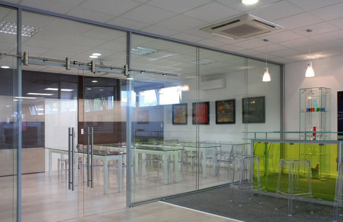 Cloison amovible vitre bord a bord avec porte coulissante double vantaux clarit specifique