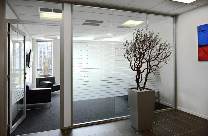 Cloison amovible vitre bord a bord avec vitrophanie et porte cadre alu vitree toute hauteur