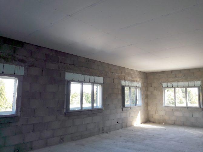 Plafond en plaques de plâtre BA13 sur ossature primaire afin d'abaisser la hauteur de la pièce. L'isolation complémentaire en laine de verre spécialement conçu pour l'isolation des combles apporte un réel confort.