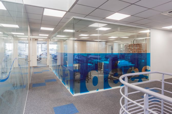 La cloison amovible vitrée bord à bord vous apportera une transparence et une circulation de la lumière maximale. En version double vitrage la cloison apportera de forte performance d'isolation acoustique.
